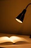 Skrivbordlampan och bokar Arkivfoton