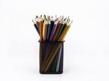 Skrivbordorganisatör som fylls med kulöra blyertspennor som isoleras på vitbac Royaltyfria Bilder