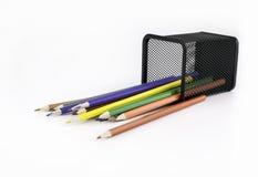 Skrivbordorganisatör som fylls med kulöra blyertspennor som isoleras på vitbac Royaltyfri Foto