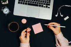 Skrivbords- bärbar dator för idérik kvinna på svarta bakgrundskaffeexponeringsglas Royaltyfria Bilder