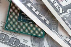 Skrivbords- CPU på dollarvalutabakgrund begrepp av teknologipriset royaltyfri fotografi