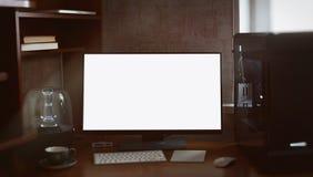 Skrivbords- dator och bildskärm med den tomma vita skärmen Royaltyfri Bild