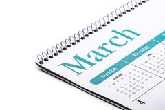 Skrivbords- kalendermarsslut upp på vit bakgrund arkivbild