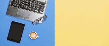 Skrivbords- plan lekmanna- begreppsmodell för minsta rent kontor med kopieringsutrymme fotografering för bildbyråer