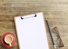 Skrivbords- sikt för kontor av den bruna träkontorstabellen Royaltyfri Foto