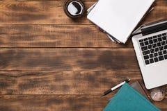 Skrivbords- sikt för kontor med den tomma anteckningsboken fotografering för bildbyråer