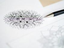 Skrivbords- siktspenna för konstnär, teckning för hand för blyertspennamandalablomma blom- Arkivbild