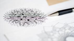 Skrivbords- siktspenna för konstnär, teckning för hand för blyertspennamandalablomma blom- Arkivbilder