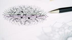 Skrivbords- siktspenna för konstnär, teckning för hand för blyertspennamandalablomma blom- Arkivfoto