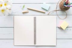 Skrivbords- wood tabell för modernt vitt kontor med anteckningsboken, notepad a arkivfoto
