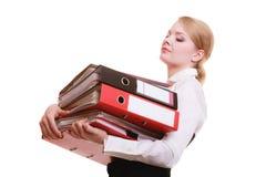 skrivbordsarbete Bärande bunt för affärskvinna av dokument Arkivfoto