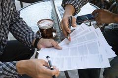 Skrivbordsarbete för hand för affärsman Arkivbild