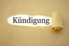 Skrivbordsarbete med det tyska ordet för anställningavslutningen - kündigung royaltyfria foton