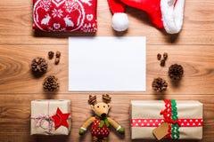 Skrivbordsikt från ovannämnt med den tomma bokstaven till santa och gåvor, retro xmas-begrepp arkivfoto