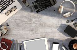 Skrivbordtabell med datoren, smartphone, minnestavla, tillförsel Top beskådar illustration 3d Arkivbilder