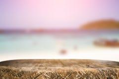 Skrivbordutrymme på strandsida och solig dag Arkivbild