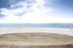 Skrivbordutrymme på strandsida och solig dag Arkivfoto