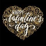 Skriver den lyckliga kalligrafi och borsten för dag för valentin` s handen dragen bokstäver med guld- hjärta med en blom- virvel royaltyfri illustrationer