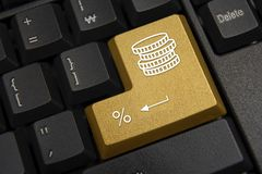 skriver in den täta datoren för black upp det fokuserade key tangentbordet Bank finansbegrepp arkivfoton