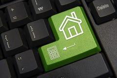 skriver in den täta datoren för black upp det fokuserade key tangentbordet Real Estate marknadsföringsbegrepp arkivbilder