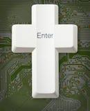 skriver in det kristna datorkorset för knappen Arkivfoto