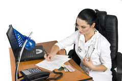 skriver det medicinska recept för doktorn Arkivfoton