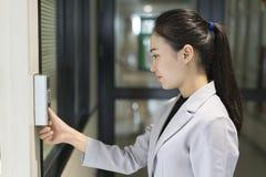 Skriver in det scaning fingeravtrycket för kvinnan för säkerhetssystemet fotografering för bildbyråer