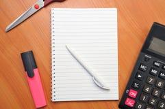 Skriver i en anteckningsbok omkring Arkivbilder