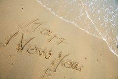skriver lyckliga nya för strand år fotografering för bildbyråer