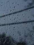 skrivet h2o-raindropsfönster Arkivfoton
