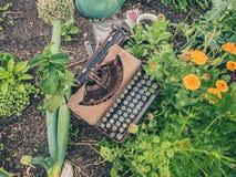 Skrivmaskin i trädgård Royaltyfri Bild