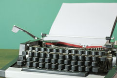 Skrivmaskin med den tomma sidan Royaltyfri Bild