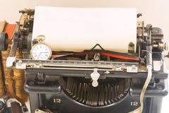 Skrivmaskin på tabellen Royaltyfri Bild