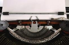 Skrivmaskinen med ett tomt täcker av pappers- Royaltyfria Bilder