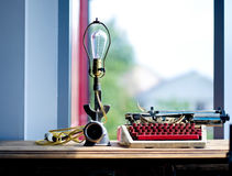 Skrivmaskinen och fönstret Arkivbilder