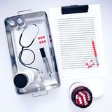 skrivplatta 3d med medicinsk utrustning Arkivfoto