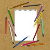 Skrivplatta med färgblyertspennor Royaltyfri Bild