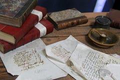 Skärm av handskrivna bokstäver och destinerade böcker för läder på tabellen, slott för konung Johns, limerick, Irland, Oktober, 2 Royaltyfria Foton