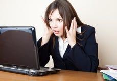 skrämd bärbar dator som ser skärmkvinnan Arkivfoto