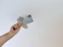 Skrobać sufit z szpachelką Zdjęcie Stock