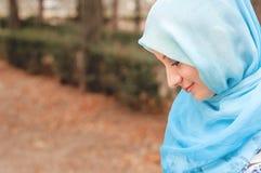 Skromna dziewczyna w błękitnej chustce Muzułmańska dziewczyna fotografia stock