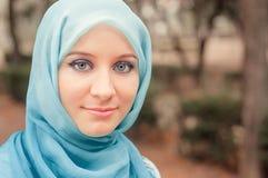 Skromna dziewczyna w błękitnej chustce Muzułmańska dziewczyna zdjęcie stock