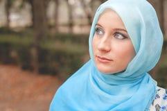 Skromna dziewczyna w błękitnej chustce Muzułmańska dziewczyna zdjęcia royalty free