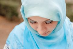 Skromna dziewczyna w błękitnej chustce Muzułmańska dziewczyna fotografia royalty free