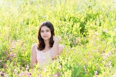 Skromna przygotowywająca dziewczyna na lato łące Zdjęcie Stock