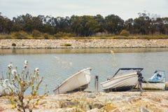 Skromne łodzie rybackie w brzeg rzeki Obrazy Royalty Free