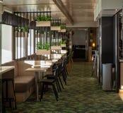 Skromny ale modny restauracyjny wnętrze który swój wnętrze projektującego w północnym stylu strzelał Obraz Stock