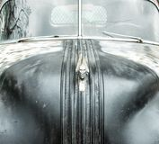 Skrot övergiven Pontiac bil Hood Ornament arkivfoto