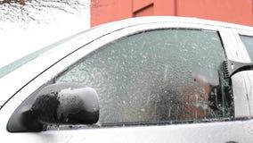 Skrota is glasade bilfönster efter häftig snöstorm stock video