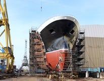 Skrov av det stora skeppet under konstruktion på skeppsvarven Delen av nya skepps byggnad i skeppsvarven arkivbild
